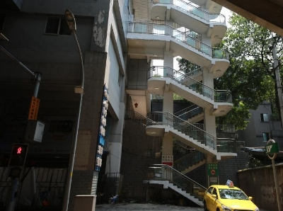 重庆现8D魔幻轻轨站 进站口要爬4层楼120级台阶