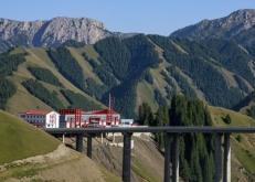 在中国最长高速公路邂逅新疆第一高桥