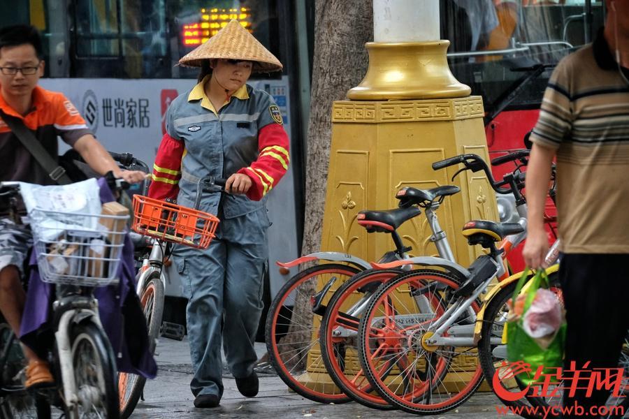 金羊网讯 8月29日下午3点左右,广州乌云密布,阵风狂扫,下起大雨,市气象台发布:3小时内本地有强雷雨和7级阵风,荔湾、天河雷雨大风蓝色预警信号生效。在东风路市八医院对开马路出现感人一幕,由于这里的天桥没有升降机,一名坐轮椅行动不便的男子在马路边愁着不知如何过马路对面,这时附近一环卫工大姐主动护送轮椅大叔,穿过滚滚车流,过到马路对面。记者刚好把这暖心的一幕拍下,送完大叔过马路,环卫工大姐继续巡查,把乱放的共享单车摆好,雨中留下大姐湿透的最美背影,为你点赞。记者 陈秋明 摄影报道