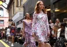 澳大利亚时装周举行 模特商业街内走秀