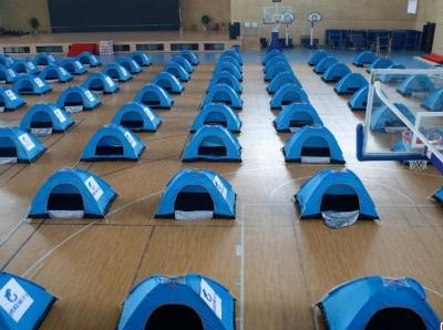 开学在即 西安一高校准备近百个帐篷供家长休息