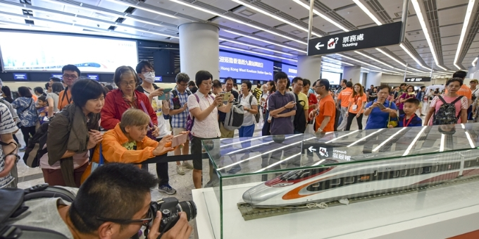 香港西九龙站举行开放日 市民纷纷前来预先体验