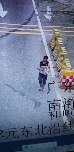 监控视频显示,刘承敬出走时身穿深蓝色上衣.png