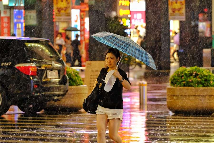 """据广州天气预报:下半年首场冷空气,明天到来。今日(6日)傍晚,""""先头部队""""杀到,广州下起大雨,逛街的市民十分狼狈。预计7日白天起,广州受冷空气影响将转中雷雨局部大雨,部分地区伴有强雷电、短时强降水和6-8级短时大风等强对流天气,气温略有下降(平均气温降幅2-4℃)。9日起降水减弱,天况转好,最高气温逐渐上升。金羊网记者 陈秋明 摄影报道"""