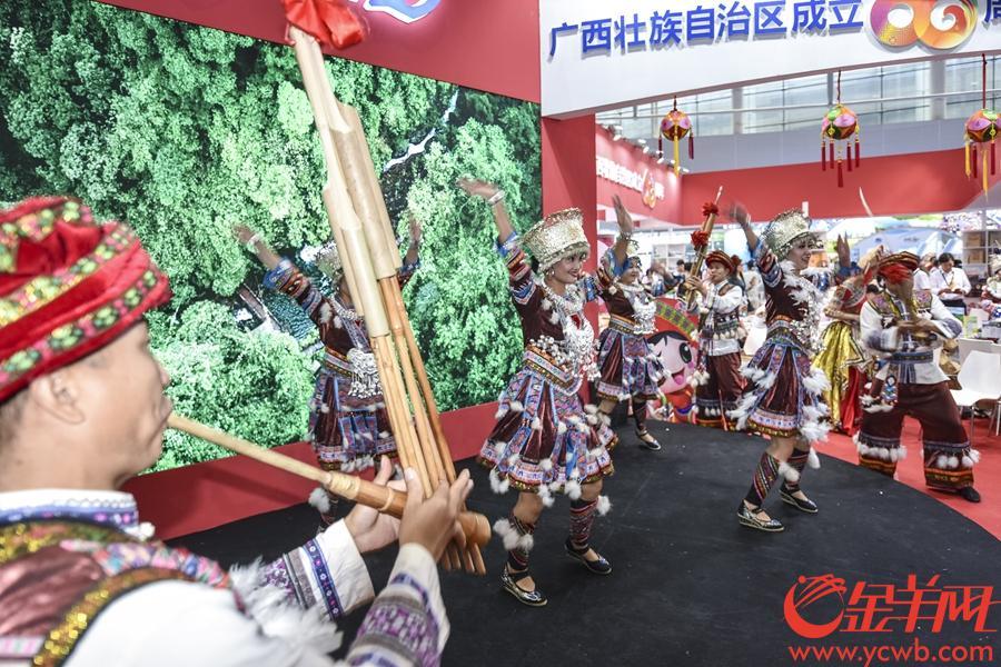 2018年9月7日,2018广东旅游博览会在琶洲展馆举行。金羊网记者 宋金峪 摄 图为广西展位的少数民族表演