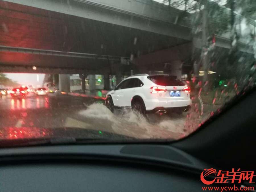 黄埔大道华医段,广州交通雪上加霜 金羊网记者 蔡惠中 摄