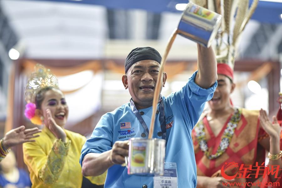 2018年9月7日,2018广东旅游博览会在琶洲展馆举行。金羊网记者 宋金峪 摄 图为马来西亚展位的当地风俗表演