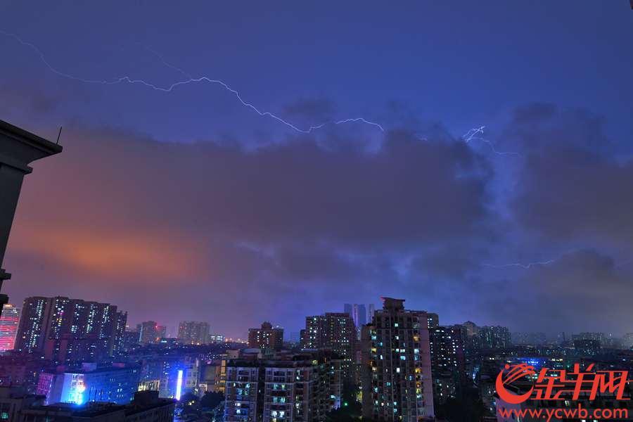 7日傍晚,受中等偏弱冷空气影响,广州下起暴雨,正是下班高峰期,雷电交加。省气象台预计,8日,部分地区仍有中到大雨局部暴雨,部分市县伴有雷电、短时强降水或6~8级雷暴大风等强对流天气,日平均气温降3℃~6℃。气象专家提醒,注意防御雷电、短时强降水和短时大风等强对流天气及次生灾害。金羊网记者 陈秋明 摄影