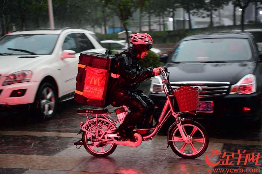 广州市气象局于09月07日17时24分将天河区暴雨黄色预警升级为橙色预警,花城大道附近倾盆暴雨让不少人出行受到了影响。 金羊网记者 邓勃 摄