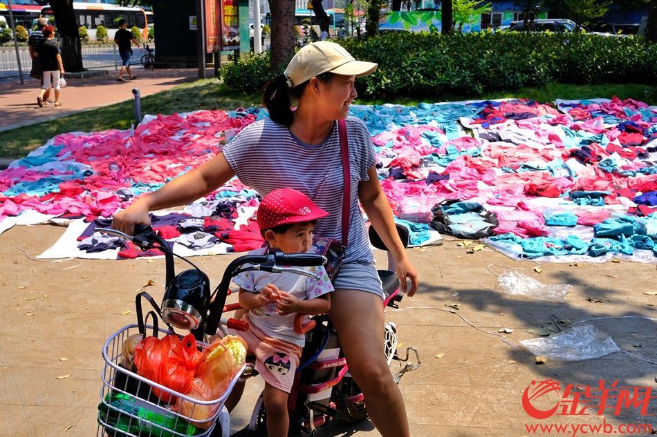 """大量童装在""""晒太阳""""。记者 陈秋明 通讯员 陆华廷 摄影报道"""