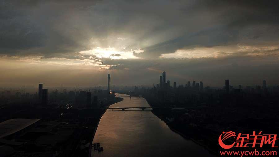2018年9月12日傍晚,台风来临前的广州日落金光万丈。金羊网记者 宋金峪 摄