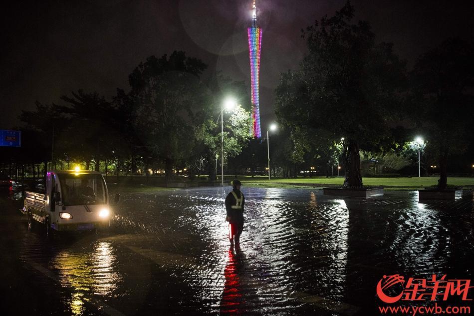 2018年9月16日晚23时许,救援人员在临江大道新中轴隧道水浸路段检查水浸情况。 记者 周巍 摄