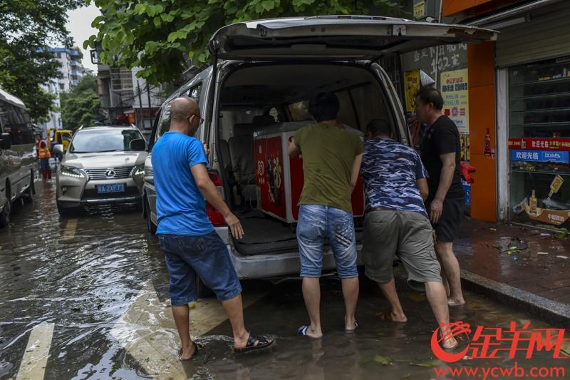 2018年9月17日早,海珠區基立下道附近的居民小區積水未退,市民正在清理家中受浸物品。三防人員帶來抽水機進行抽水工作。記者 宋金峪 攝