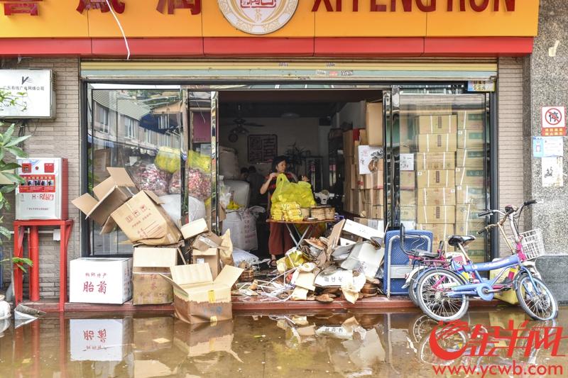 2018年9月17日,受台风山竹影响,广州芳村茶叶市场一带水浸严重,今早仍有部分地方积水未退。由于茶叶被泡来不及转移,各茶叶档口在此次水浸中均遭受一定程度的损失。记者 宋金峪 摄