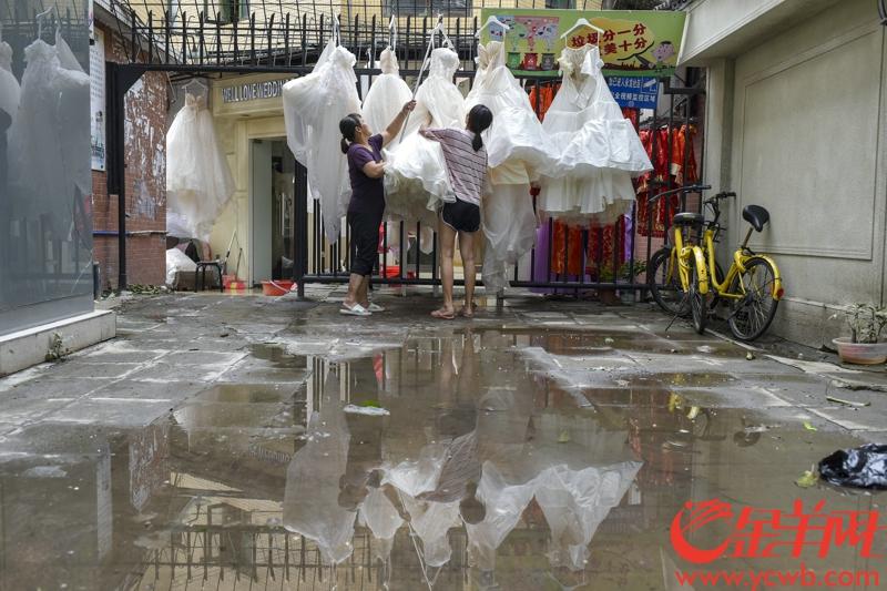 2018年9月17日下午,海珠区江南大道婚纱街内巷,受到珠江水倒灌而水浸的婚纱档口纷纷趁着水退天晴晾晒货品。 记者 宋金峪 摄