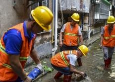 台风山竹影响广州市区 三防人员小区抽水