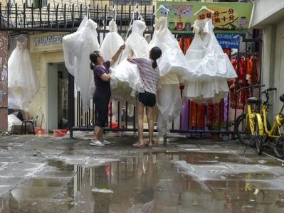 台风山竹,婚纱街内巷晾晒婚纱用品
