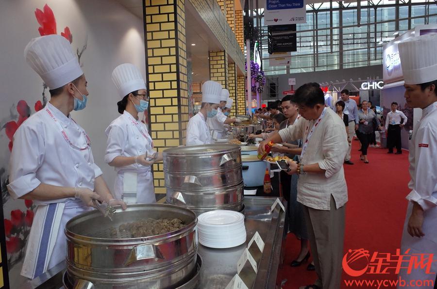 18日,世航會現場,來自世界各地的嘉賓品嘗廣州美食。 金羊網記者 唐珩 攝