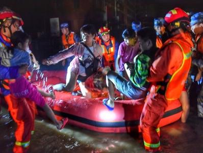 漠江水位暴涨致阳春严重内涝 官兵彻夜救援受灾群众