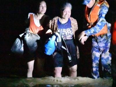 阳春文塔新街被洪水围困的群众已被解救出来