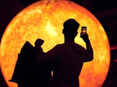 """英国打造巨型""""太阳"""" 亮度相当1.2万个灯泡"""