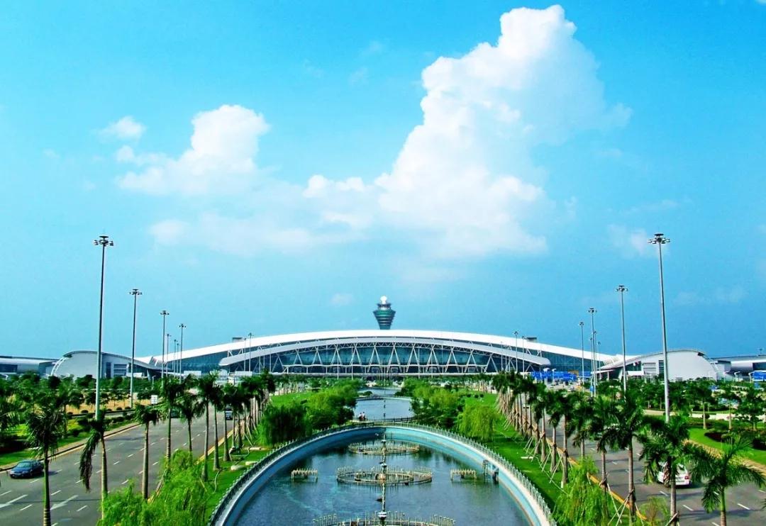 白云机场现有2座航站楼,出港旅客请留意航班信息,分别前往对应的航站楼办理乘机手续,并预留足够时间到达机场。如不小心走错航站楼,白云机场在1号航站楼出发厅10号门(北二楼)和2号航站楼出发厅42号门(三楼)之间设置了穿梭巴士,高峰时段每5分钟一班,低峰时段每10分钟一班,24小时免费为旅客服务。同时,广州地铁也对机场南站(1号航站楼)和机场北站(2号航站楼)之间旅客提供免费乘车服务。 机场停车位充足 满场有备用停车场 2号航站楼今年4月启用后,白云机场旅客停车场增至8个,停车位达10694,其中P1-