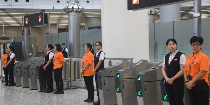 广深港高铁(香港段)开通在即 西九龙站工作人员加紧准备