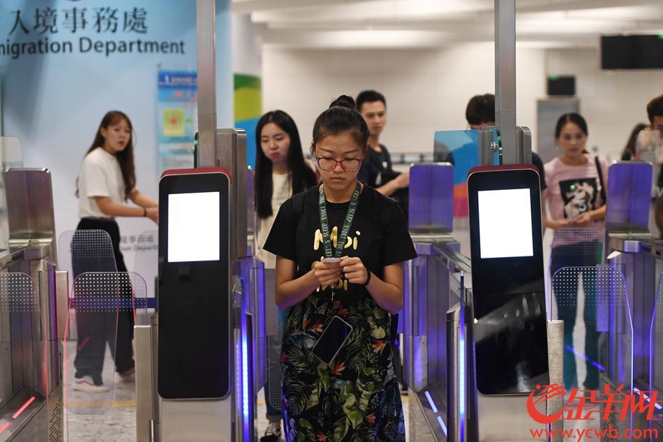 旅客抵达后,自助过关 记者林桂炎摄