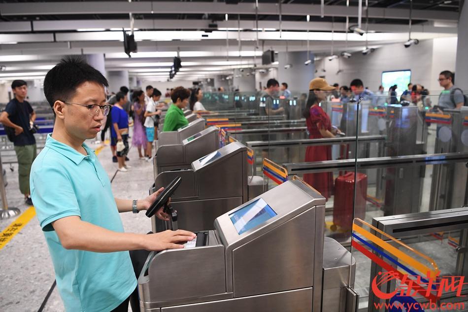 23日,广深港高铁高铁正式开通,早上6:48首班列车G6501从广州南站出发,开往香港西九龙站。图为抵达西九龙站,旅客刷通行证出境。 记者林桂炎摄