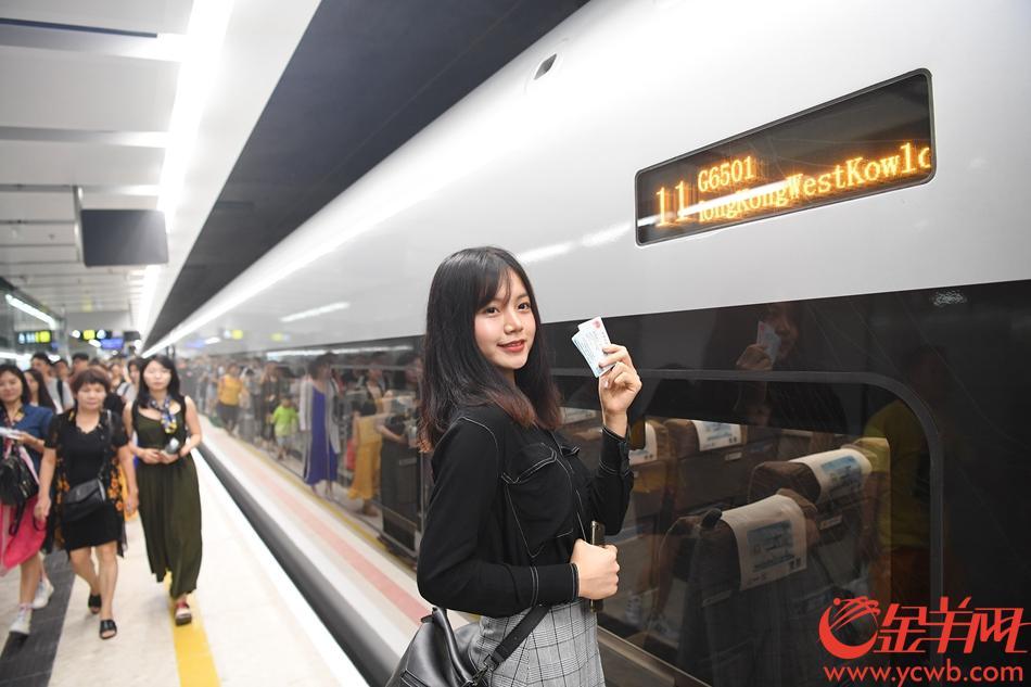 23日,广深港高铁高铁正式开通,早上6:48首班列车G6501从广州南站出发,开往香港西九龙站。图为抵达西九龙站 记者林桂炎摄