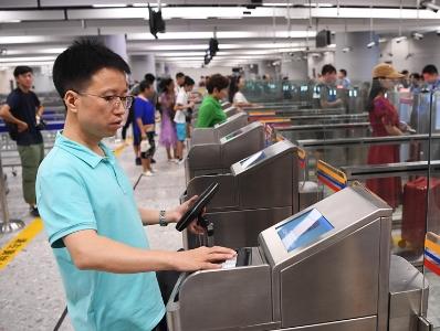 旅客抵达香港西九龙站 刷通行证出境