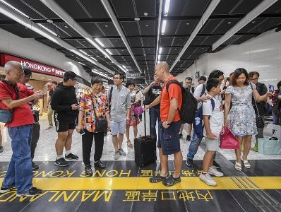 """广深港高铁乘客在西九龙站接受""""一地两检"""""""