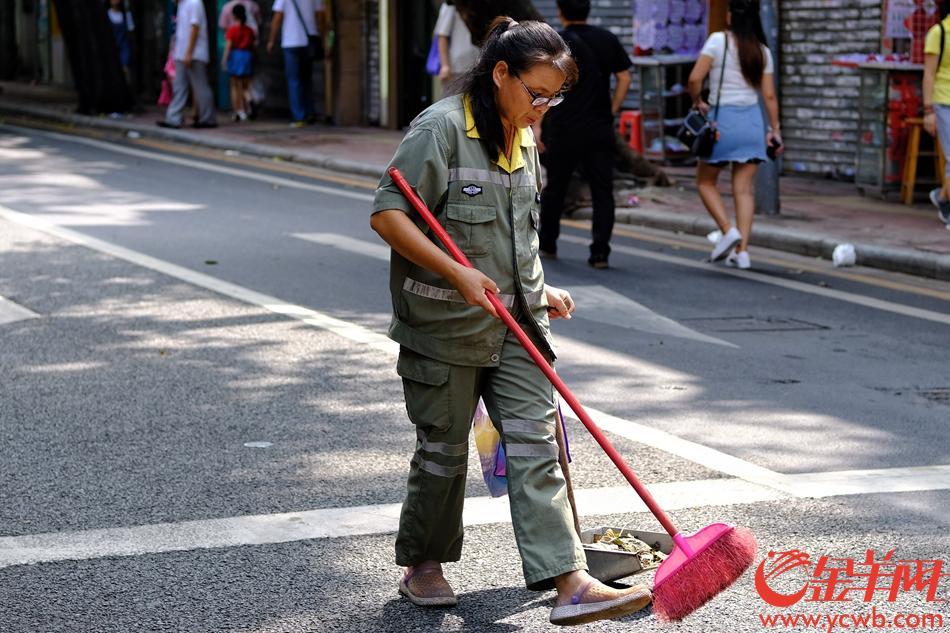今日中秋佳节,大多数人都放假,与家人团圆欢聚,但有这么些人还在坚持工作,记者巡城广州街头,他们的身影最可爱,致敬!记者 陈秋明 摄