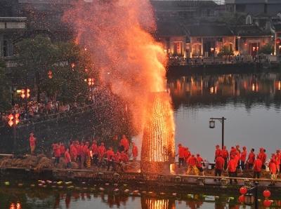 中秋夜佛山松塘村举行传统民俗活动烧番塔