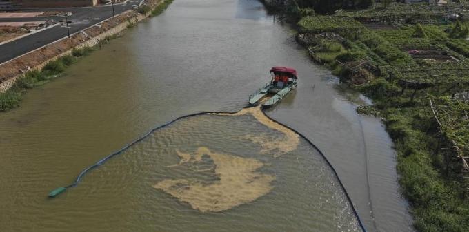 """温州现新型清理船 张开""""双臂""""收揽河面漂浮物"""