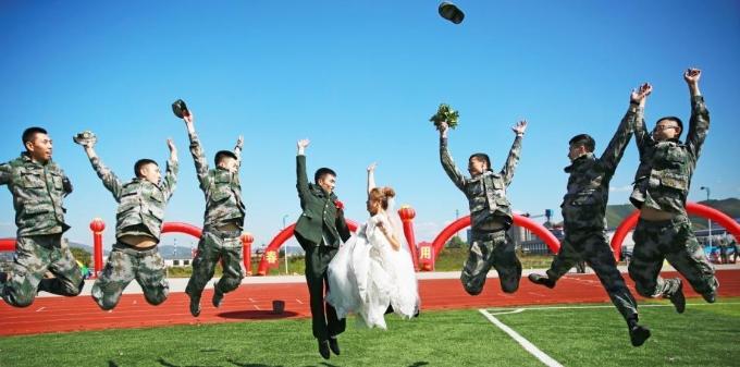 陆军第78集团军某旅为48对新人举办集体婚礼