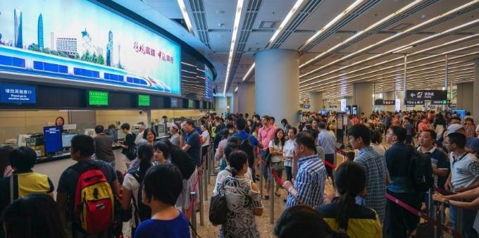 国庆假期将至 香港西九龙站人头攒动