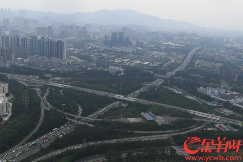 2018年10月1日,国庆长假第一天。广东省公安厅飞行服务队的直升机巡航深圳梅观高速。从直升机上看到,车流较平时多了许多,但是总体还是比较畅顺。记者 黄巍俊 摄