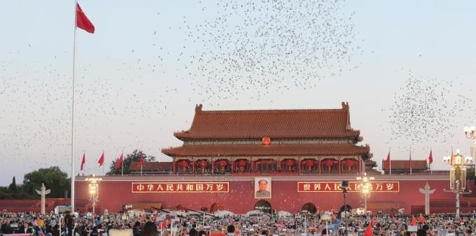 近11万民众国庆日清晨天安门广场看升旗