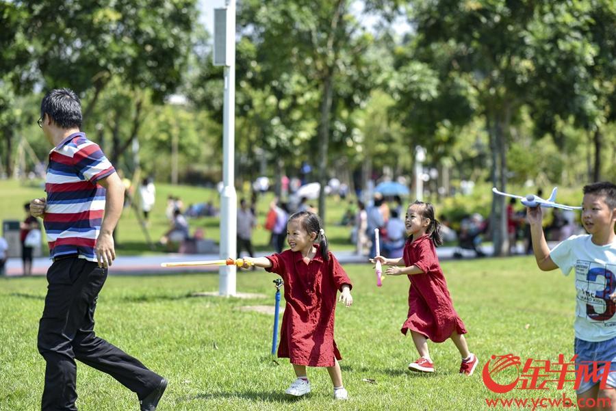 2018年10月2日,國慶假期第二天,廣州市區陽光普照,廣州市兒童公園成親子樂園。金羊網記者 宋金峪 攝