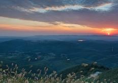 湖北聖境山現朝霞美景 萬丈霞光映照七色雲彩