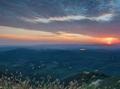 湖北圣境山现朝霞美景 万丈霞光映照七色云彩