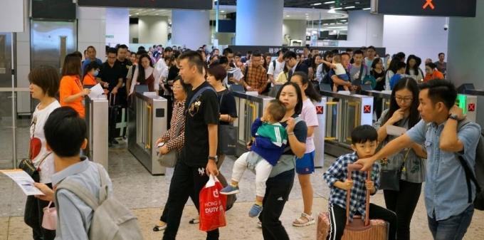 中国内地旅客蜂拥而至 高铁西九龙站持续高客流量