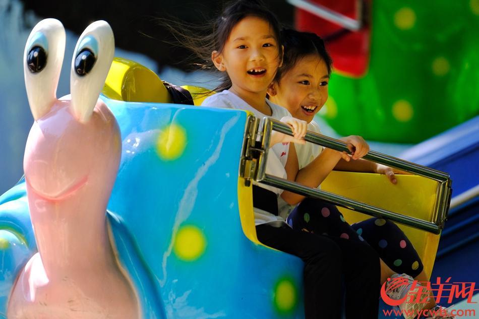 国庆长假期间,广州每日秋高气爽,风和日丽,处处喜气洋洋,出门逛街、游玩的街坊,个个开心写脸上。金羊网记者 陈秋明 摄