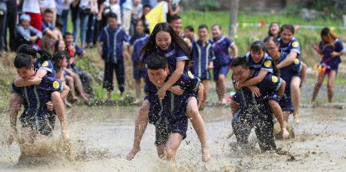 贵州望谟举行水田背情人比赛