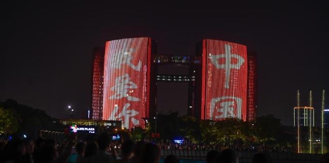 """浙江杭州:""""我爱你中国""""主题灯光秀璀璨亮相"""