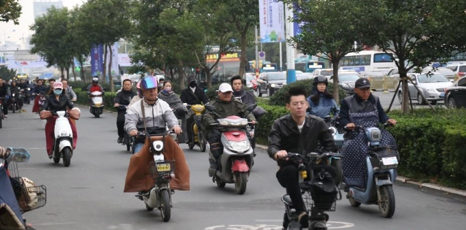 秋雨过后济南降温 市民包裹严实赶上班路