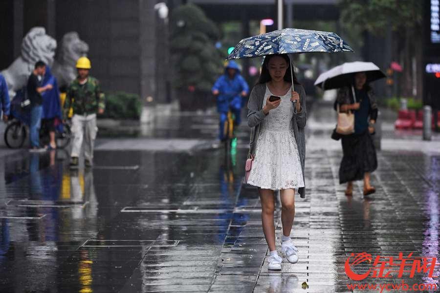 2018年10月10日,一场秋雨落在广州城。绵绵雨丝让市民多少有些猝不及防。没带雨具的市民要么冒雨而行,要么在屋檐下躲避,只能羡慕那些带了伞的行人。  金羊网记者 周巍 摄