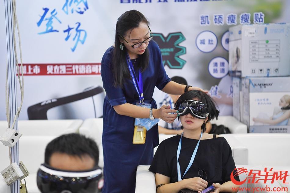2018年10月10日,第十五届中国国际中小企业博览会在保利世贸中心开幕。 图为 各参展商一大早便前来布置展位,卖力推销自己的商品。 记者 周巍 摄
