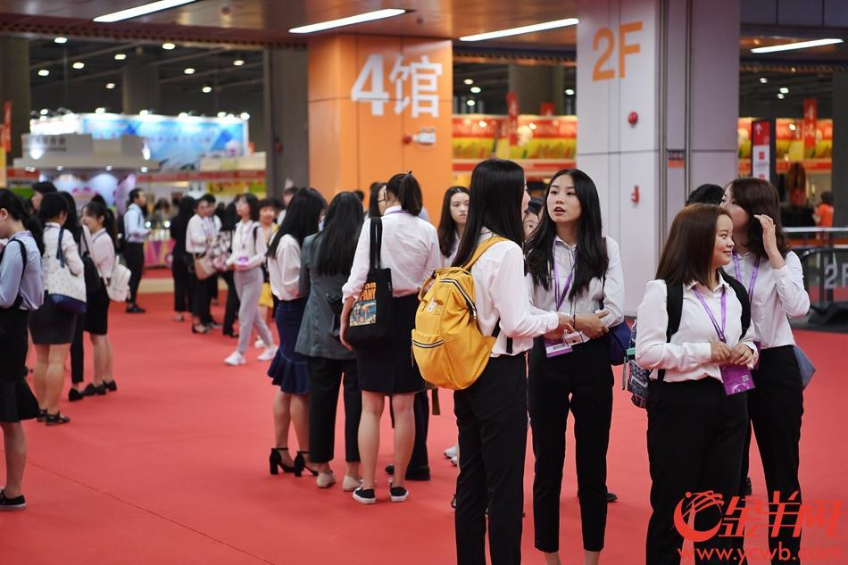 中博会配备了专业的翻译团队为参展商服务。 记者 周巍 摄